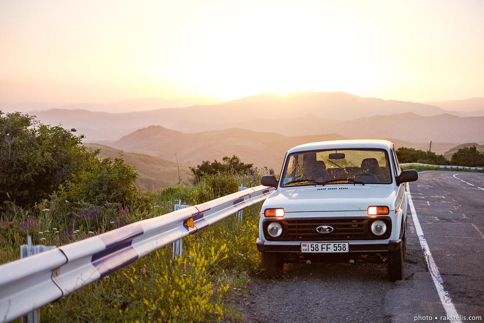 Armenia sunset w Niva